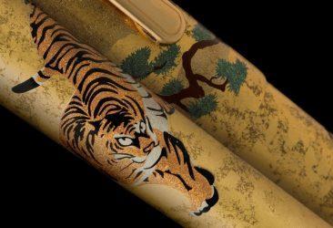 400年続く金沢箔伝統技法に、松と虎を描いた 金沢箔万年筆シリーズ「松虎」を発売。